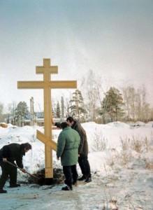 Иеромонах Алексий Стюрьев, А.А.Казанцев и отец Димитрий устанавливают второй поклонный крест 2001 г.